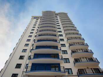 Ограждение открытых балконов выполнено из кованных ажурных элементов